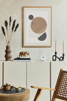 Kreatywna i nowoczesna, beżowa kompozycja wnętrza salonu z mocną ramą plakatową, beżowym drewnianym kredensem i akcesoriami inspirowanymi boho. szablon.