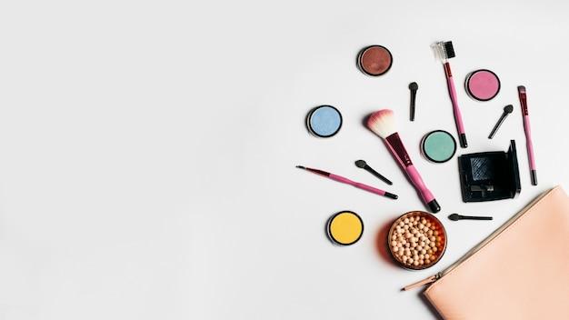 Kreatywna kompozycja kosmetyków z miejscem po lewej