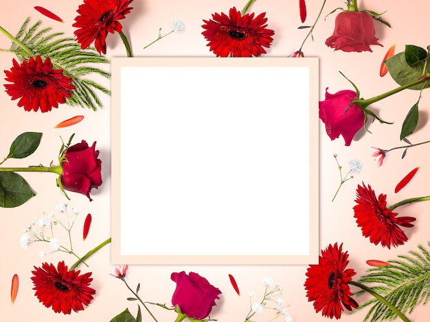 Kreatywna kompozycja kwiatowa wykonana z czerwonych kwiatów z przestrzenią do kopiowania, prostokątny kształt, kwiatowe tło, szczęśliwych walentynek, dnia matki, płaskiego lay, widok z góry