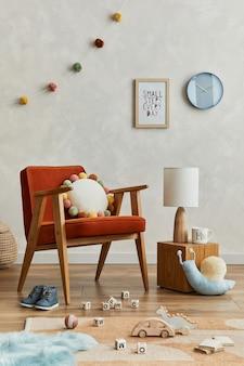Kreatywna kompozycja przytulnego skandynawskiego wnętrza pokoju dziecięcego z mocną ramą plakatową, czerwonym fotelem, pluszowymi zabawkami i wiszącymi dekoracjami. kreatywna ściana. szablon.