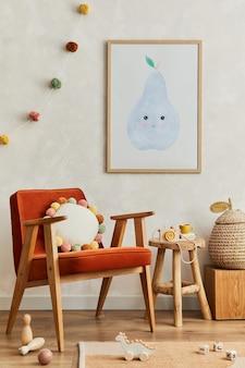 Kreatywna kompozycja przytulnego skandynawskiego wnętrza pokoju dziecięcego z mocną ramą plakatową, czerwonym fotelem, pluszowymi zabawkami i wiszącymi dekoracjami. ściana kreatywna, na podłodze parkiet dywan. szablon.