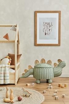 Kreatywna kompozycja przytulnego skandynawskiego wnętrza pokoju dziecięcego z mocną ramą plakatową, pluszowymi i drewnianymi zabawkami oraz tekstylnymi dekoracjami. ściana neutralna, na podłodze parkiet wykładzina dywanowa. szablon.