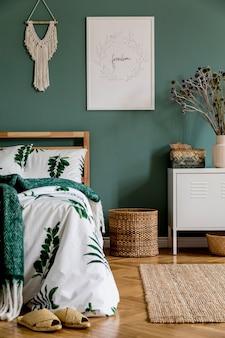 Kreatywna kompozycja przytulnej sypialni z makietą łóżka z ramą plakatową i akcesoriami boho szablon