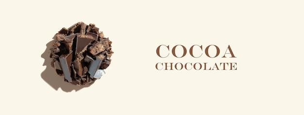 Kreatywna kompozycja składników ze zdrowym ekologicznym produktem kakaowym czekoladowym na tle kości słoniowej
