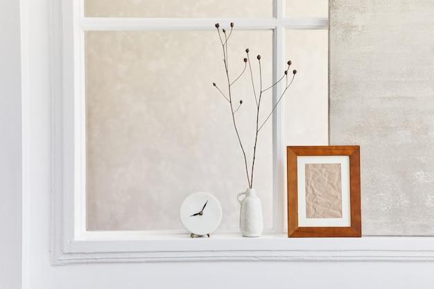 Kreatywna kompozycja stylowego i przytulnego wnętrza salonu z makietą ramy, okna, suszonych kwiatów w wazonie i osobistych akcesoriów. beżowe, neutralne kolory. detale. szablon.