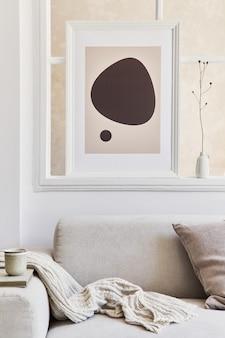 Kreatywna kompozycja stylowego i przytulnego wnętrza salonu z mocną ramą plakatową, szarą narożną sofą, oknem i osobistymi akcesoriami. beżowe, neutralne kolory. szablon.