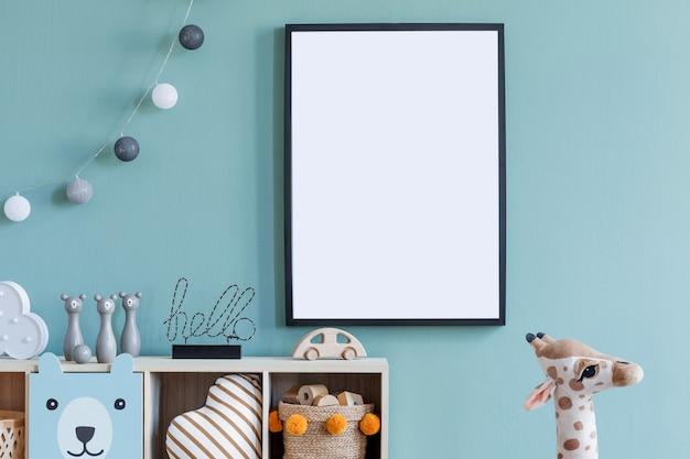 Kreatywna kompozycja stylowego i przytulnego wystroju pokoju dziecięcego z mocną ramą plakatową, ścianą eukaliptusową, pluszowymi zabawkami, meblami i dodatkami. parkiet. skopiuj miejsce. szablon.