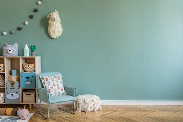 Kreatywna kompozycja stylowego i przytulnego wystroju pokoju dziecięcego z zieloną ścianą, pluszowymi zabawkami, meblami i dodatkami. parkiet. skopiuj miejsce.