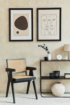 Kreatywna kompozycja stylowego, nowoczesnego wnętrza salonu z dwiema mocnymi ramkami plakatowymi, czarną geometryczną komodą, fotelem i osobistymi akcesoriami. neutralne kolory. szablon.