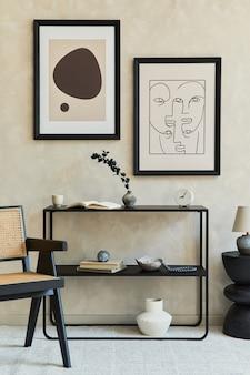 Kreatywna kompozycja stylowego, nowoczesnego wnętrza salonu z dwiema mocnymi ramkami plakatowymi, czarną geometryczną komodą, fotelem, stolikiem kawowym i osobistymi akcesoriami. neutralne kolory. szablon.