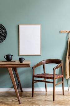 Kreatywna kompozycja stylowego wnętrza jadalni scandi z makiety ramki plakatowej, drewnianego stołu, krzesła, roślin i akcesoriów. ściany eukaliptusowe, parkiet. szablon.