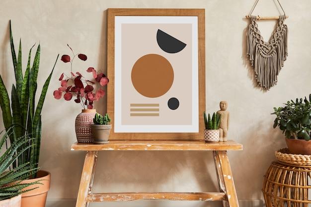 Kreatywna kompozycja stylowego wnętrza salonu z mocną ramą plakatową, drewnianą ławką, rattanowym koszem, kaktusami i akcesoriami boho. koncepcja miłości i natury roślin. szablon.