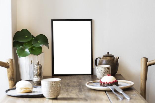Kreatywna kompozycja stylowej aranżacji wnętrza jadalni z ramą plakatową, drewnianymi meblami i naczyniami w stylu rustykalnym. naturalna koncepcja, neutralne ściany.