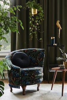 Kreatywna kompozycja wystroju salonu z zaprojektowanym fotelem, drewnianym stolikiem kawowym, roślinami i złotymi dodatkami. koncepcja miejskiej dżungli. szablon.