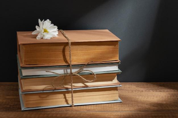 Kreatywna kompozycja z książkami i kwiatem