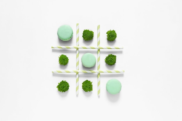 Kreatywna Kompozycja Z Makaronikami Na Białym Premium Zdjęcia