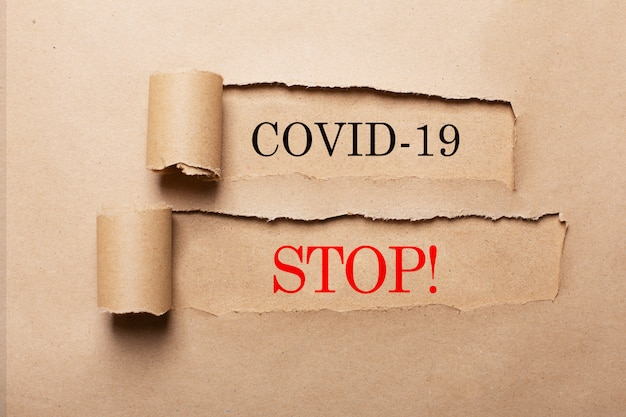 Kreatywna koncepcja anty-koronawirusa covid-19. słowa na papierze