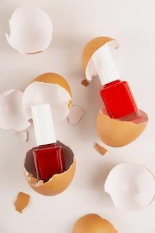Kreatywna koncepcja piękna kilka różnych czerwonych lakierów do paznokci w skorupce wegańskie kosmetyki organiczne
