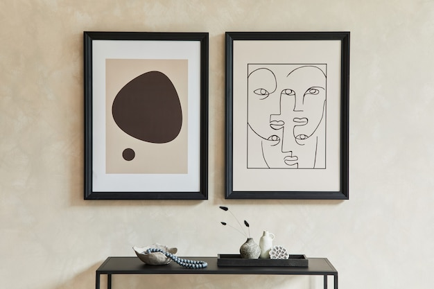 Kreatywna minimalistyczna kompozycja stylowego, nowoczesnego wnętrza salonu z dwiema makietowymi ramkami plakatowymi, czarną geometryczną komodą i osobistymi dodatkami. neutralne kolory. szablon.