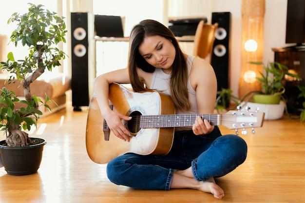 Kreatywna osoba uprawiająca muzykę