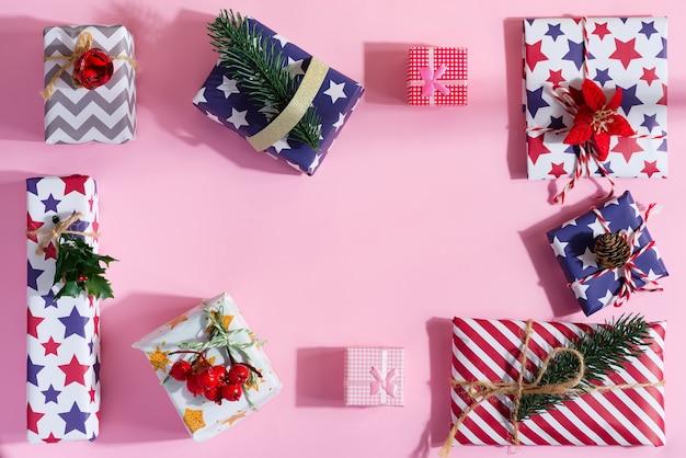 Kreatywna ramka z pudełek na prezenty świąteczne z dekoracją.