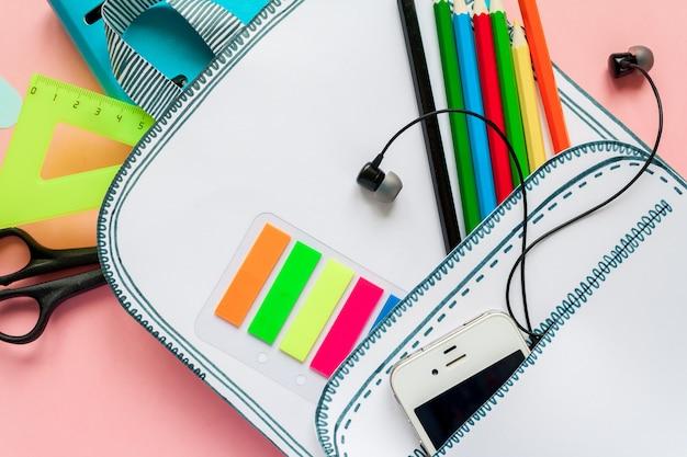 Kreatywna torba szkolna wykonana z papieru ze szkolnymi papeteriami. ścieśniać.