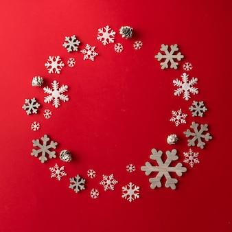 Kreatywne aranżacje dekoracji świątecznej na czerwonej ścianie. koncepcja wakacje. leżał na płasko.