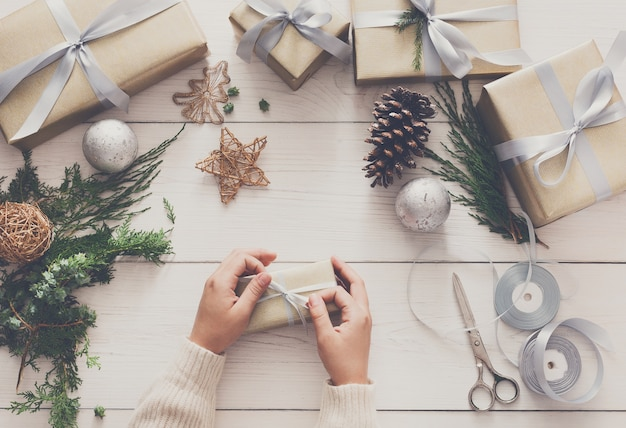 Kreatywne hobby dla majsterkowiczów, robienie ręcznie robionych prezentów świątecznych, pudełko w stylowym papierze