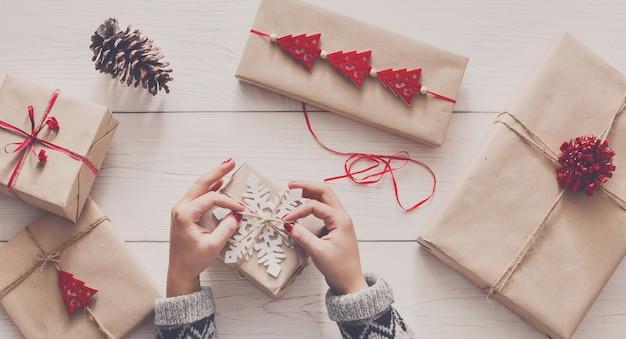 Kreatywne hobby, zawijanie świątecznych prezentów ręcznie robionych w papier rzemieślniczy