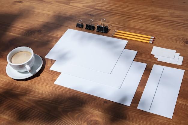 Kreatywne i przytulne miejsce pracy w domowym biurze