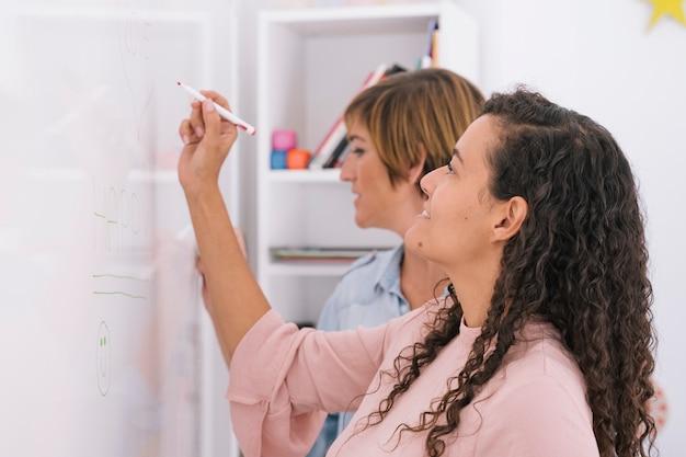 Kreatywne kobiety robi burzy mózgów na tablicy