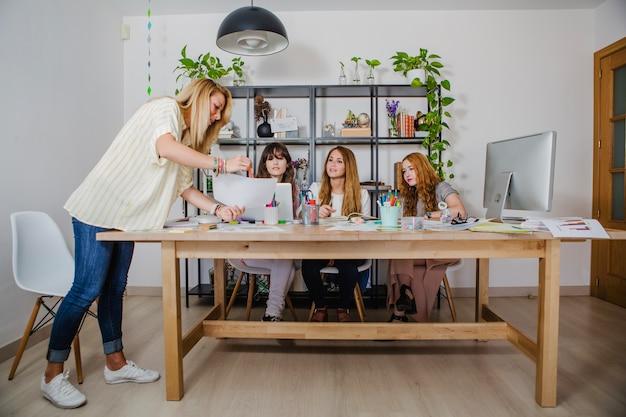 Kreatywne kobiety współpracujące w nowym projekcie
