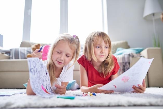 Kreatywne małe siostry w domu