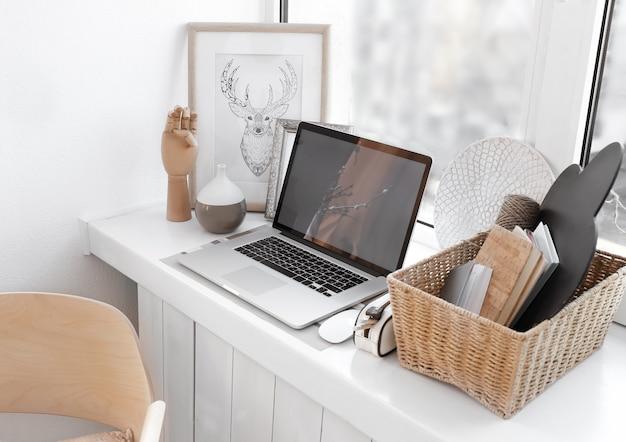 Kreatywne miejsce pracy na parapecie w nowoczesnym pokoju