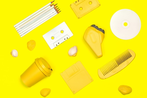 Kreatywne mieszkanie leżał responsywne żółte tło