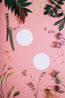 Kreatywne mieszkanie leżało z góry na pustej stronie papieru na pastelowej tysiącletniej różowej ścianie papieru.