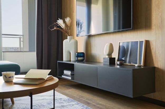 Kreatywne nowoczesne wnętrze salonu w małym mieszkaniu czarna komoda tv i akcesoria szablon