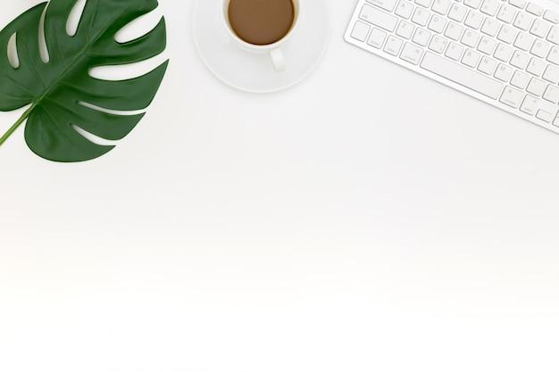 Kreatywne płaskie zdjęcie nowoczesnego miejsca pracy z laptopem,