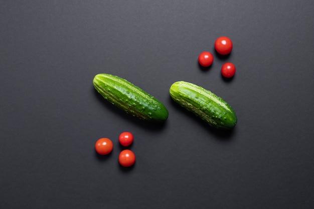 Kreatywne pomidory i ogórki, kreatywne jedzenie.