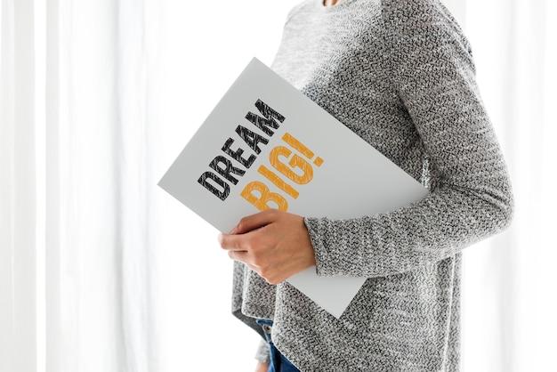 Kreatywne pomysły na papierze trzymanym przez kobietę