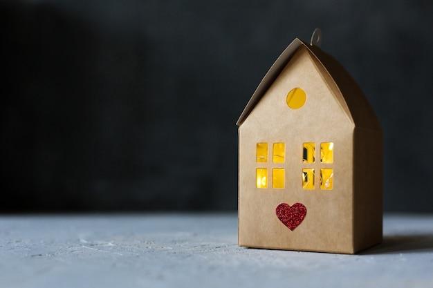 Kreatywne pudełko na prezent, kartonik ze światłami w środku i czerwonym sercem jako symbol miłości i szczęścia