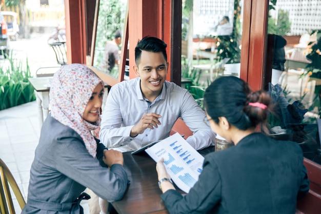 Kreatywne spotkanie biznesowe w kawiarni