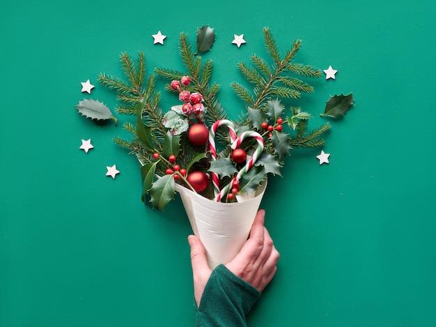 Kreatywne świąteczne mieszkanie leżało na zielonym papierze.