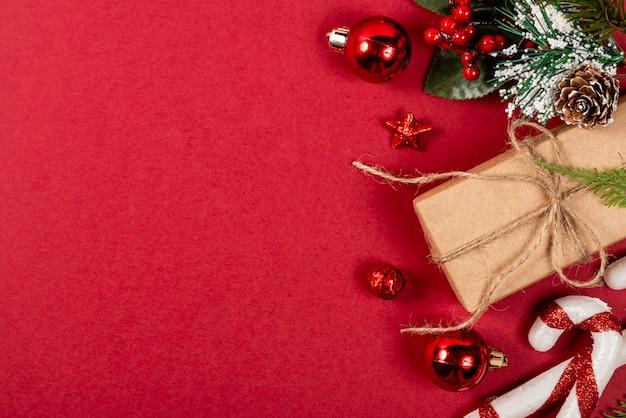 Kreatywne święta. czerwone tło.