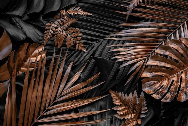 Kreatywne tło natury złoto i zieleń tropikalna monstera i liście palmowe