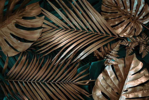 Kreatywne tło natury złoty i zielony tropikalny monstera i liście palmowe minimalne lato abstra