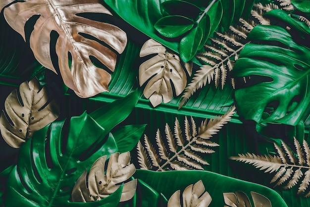 Kreatywne tło natury złoty i zielony tropikalny monstera i liście palmowe minimalne lato abstrac