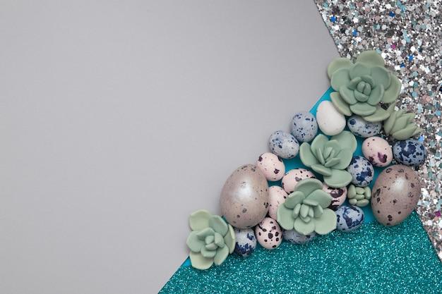 Kreatywne tło z połączenia papieru, brokatu, sukulentów i jajek