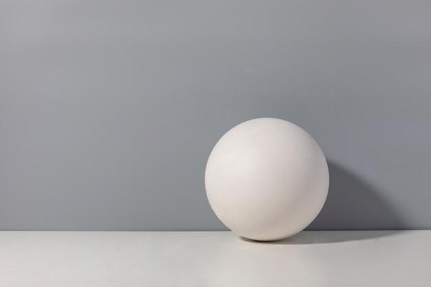 Kreatywne trójwymiarowe tło wolnego miejsca na tekst i biała kula
