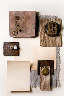 Kreatywne układy geometryczne kwadraty z natury materiały papier, tekstylia, drewno, ceramika i kamień ze starymi zegarami i zębatkami. leżał na płasko. miejsce na dowolne produkty. za